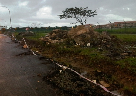 Road Side To New SM Sains Kuching Utara Needs Attention