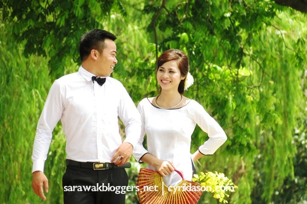 A Vietnamese couple taking their pre-wedding shot. I love their wedding attire. Simple but lovely.