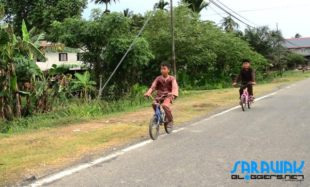 Kids seen along the road to Kudat.
