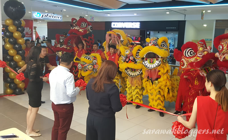 Huawei ribbon cutting